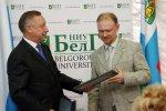 Полномочный представитель президента в ЦФО Александр Беглов вручает Павлу Голеусову грант на продолжение исследований